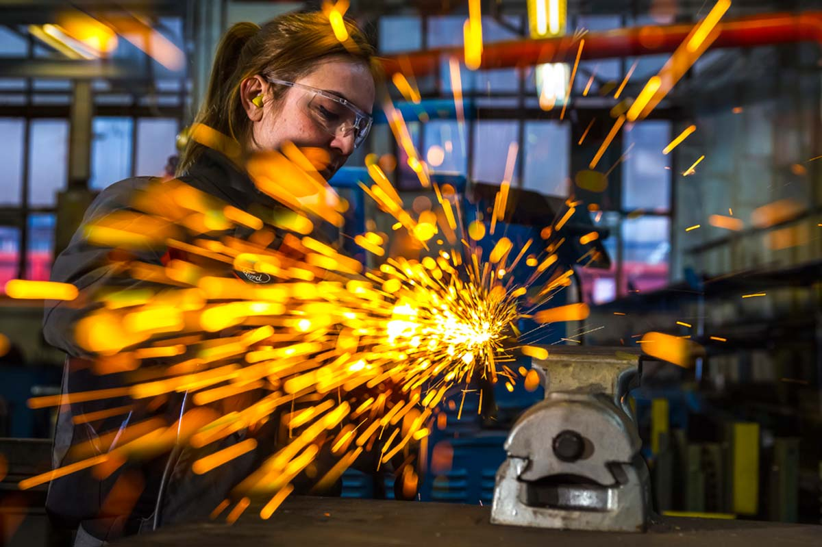 Themenbilder mit Arbeitssituationen für Jobstarter | Bundesbildungsministerium